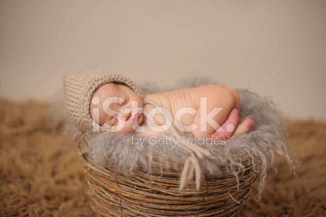 Canasta De Recien Nacido.Recien Nacido Durmiendo En Una Canasta Fotografias De Stock