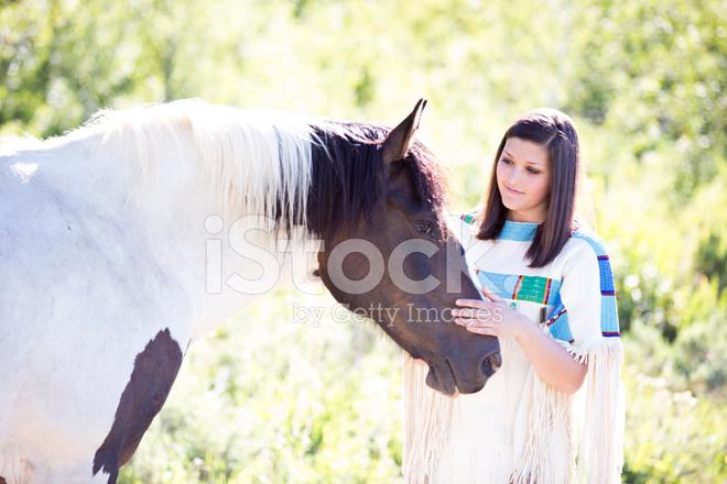 21b9a17ac6bea8 Mooie Tiener IN Traditionele Indiaanse Jurk Met Verf H Stockfoto s ...