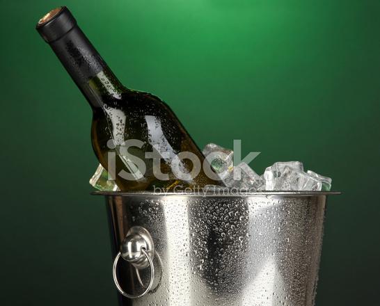 Bottiglia Di Vino Nel Secchiello Del Ghiaccio Su Sfondo Verde Scuro