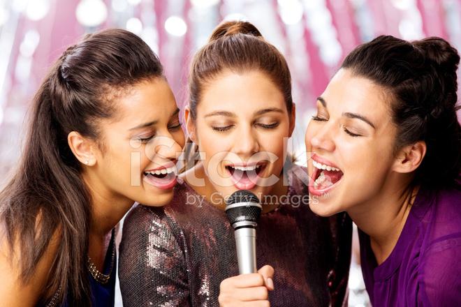 Amigas Cantando Karaoke Micrófono En Club Nocturno