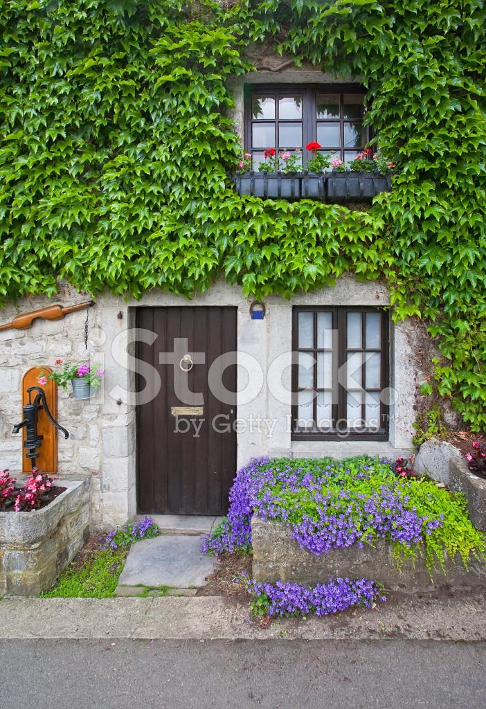 Tradizionale vecchio portico con fiori ed edera fotografie for Portico anteriore costiero