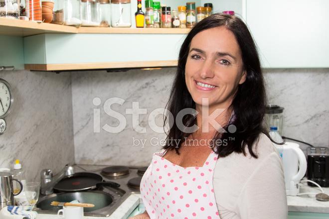 jolie femme en cuisine