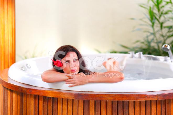 Pretty Woman Vasca Da Bagno : Donna graziosa ammollo nella vasca idromassaggio u foto stock
