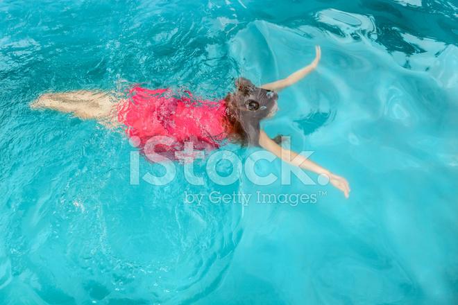Женщины у бассейна, фото баб без трусов на улице