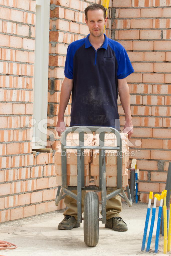 Costruire una muratore al fotografie stock - Costruire casa in economia ...