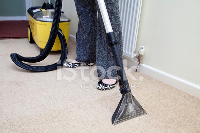 femme l 39 aide d 39 une machine laver tapis humide photos. Black Bedroom Furniture Sets. Home Design Ideas