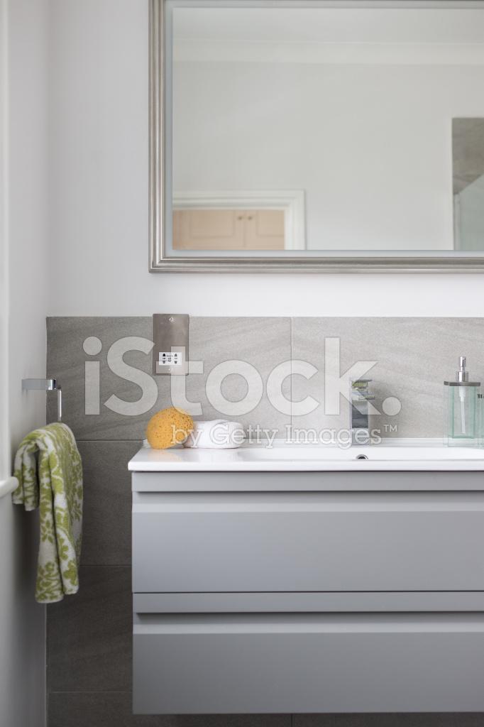 Badkamer Wastafel En Spiegel Met Handdoekje & Spons Stockfoto\'s ...