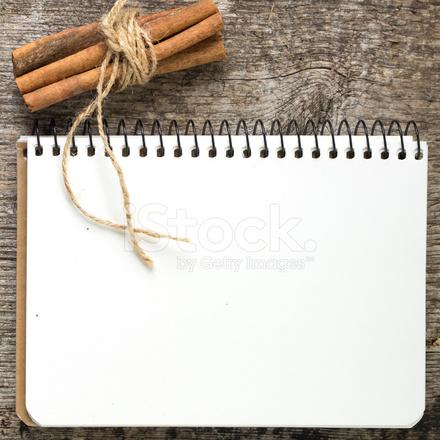 Livre De Recettes Vierge Avec Tas De Cannelle Sur Planche En