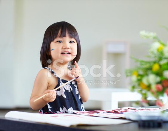 Sevimli Küçük Kız Kapalı Boyama Stok Fotoğrafları Freeimagescom