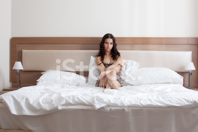Traurige Madchen In Leopard Print Neglige Am Bett Liegen Stockfotos
