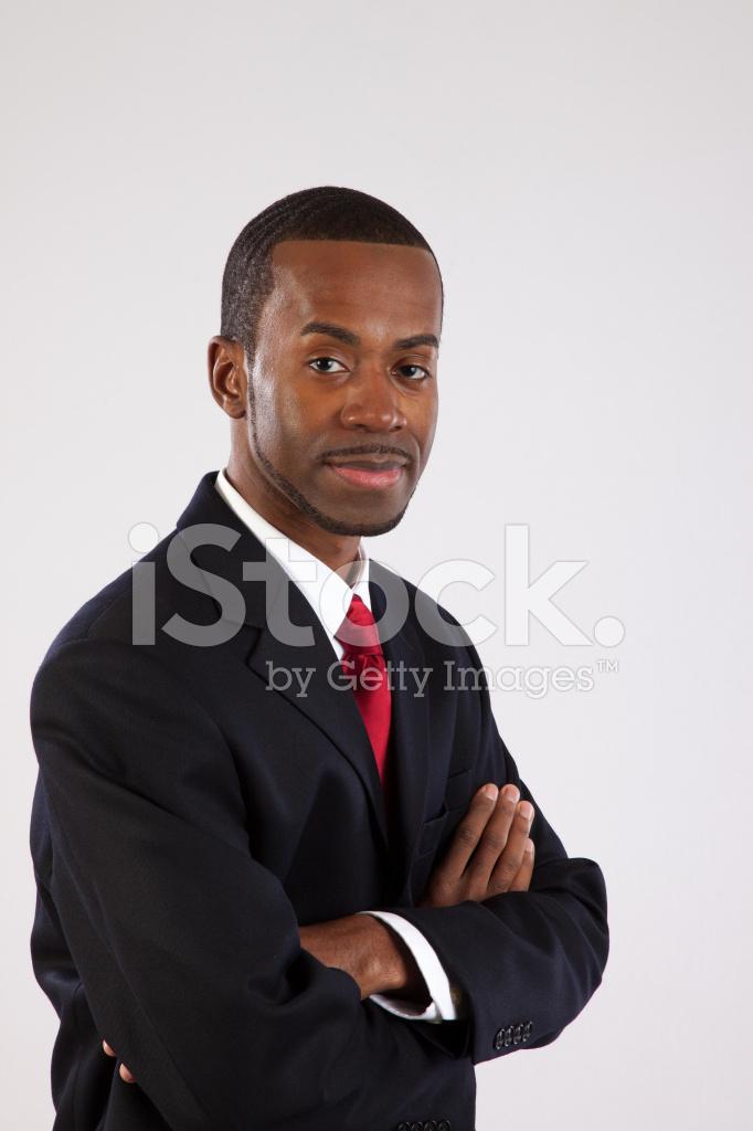 homme d 39 affaires noir en costume souriant avec les bras crois s photos. Black Bedroom Furniture Sets. Home Design Ideas