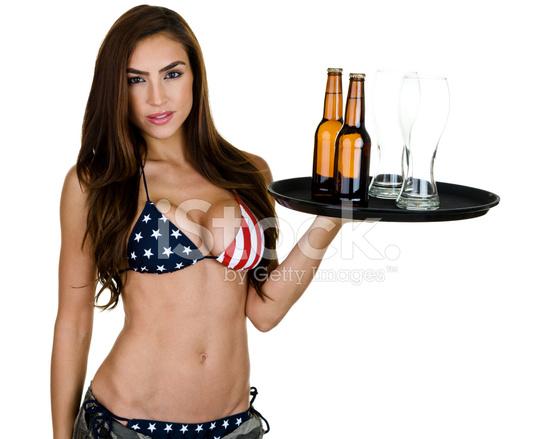 Сексуально одетая девушка с барменом