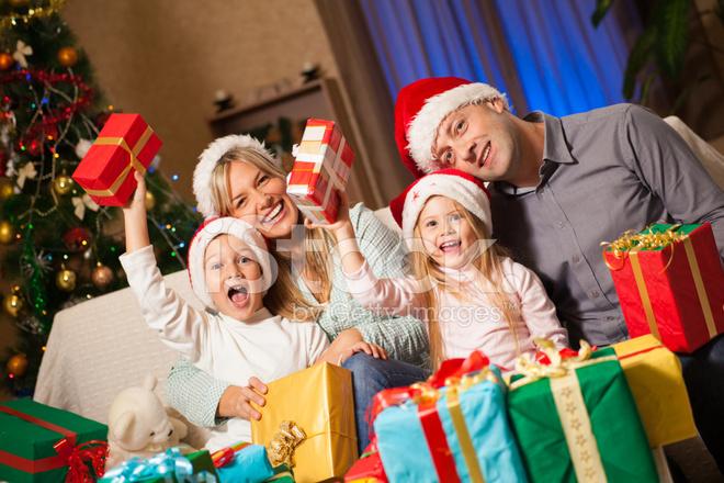 Regali Di Natale Famiglia.Famiglia Con Regali Di Natale Fotografie Stock Freeimages Com