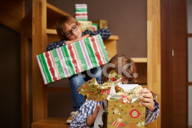 Die Weihnachtsgeschenke.Geschwister Die Weihnachtsgeschenke Auspacken Stockfotos