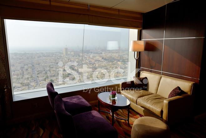 Hotel Di Lusso Interni : Interni dellhotel di lusso con vista su dubai fotografie stock