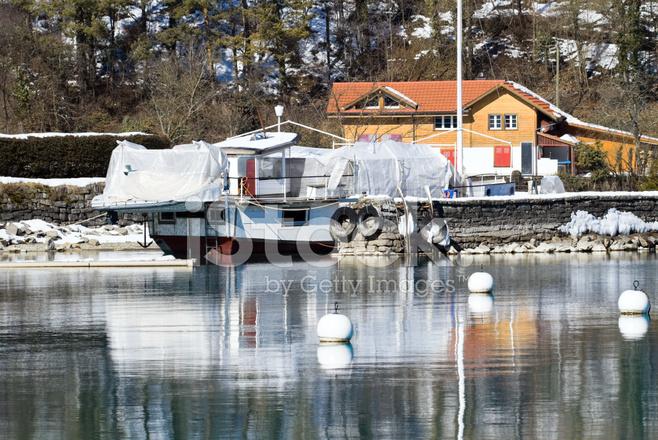 bateau a quai la maison pr s du lac interlaken suisse photos. Black Bedroom Furniture Sets. Home Design Ideas