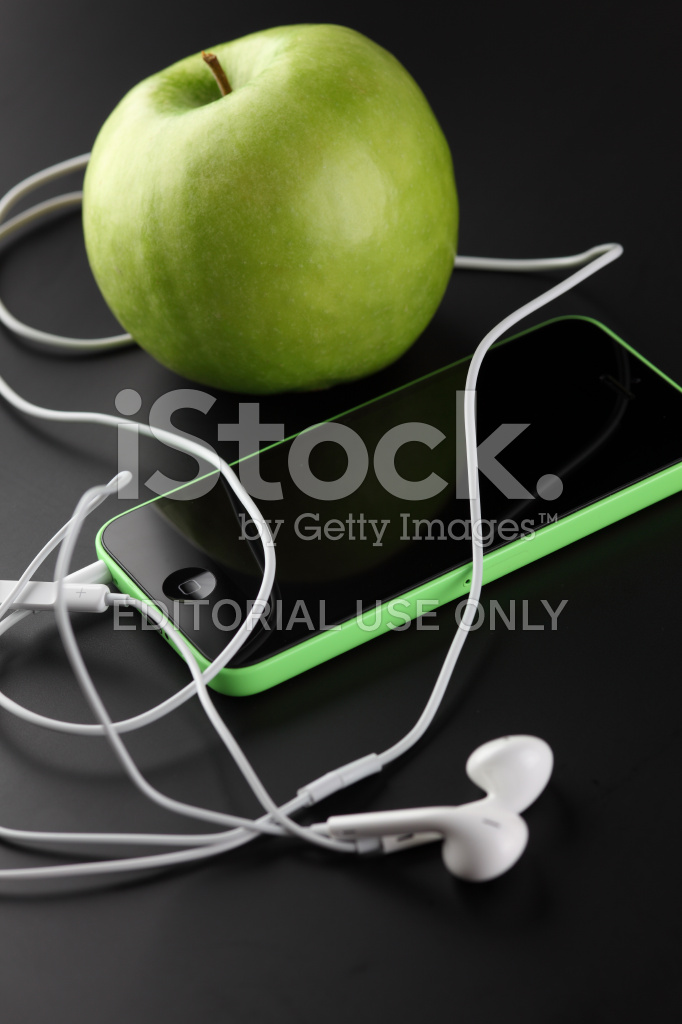 Iphone 5c Con Earpods E Mela Verde Fotografie Stock Freeimagescom
