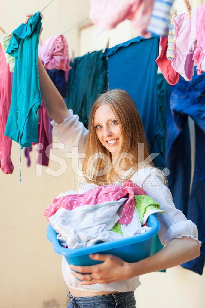 Грудастая девушка вешает белье — img 12