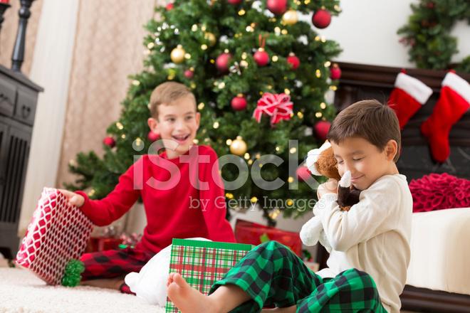 Regali Di Natale Fratello.Felice Ragazzino Aprendo I Regali Di Natale Con Fratello Fotografie