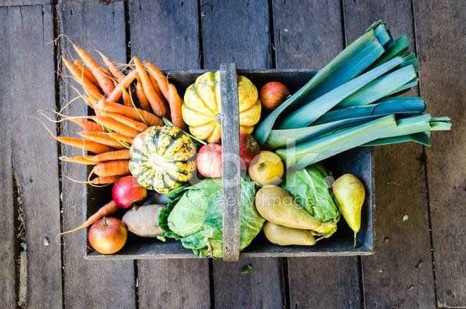 корзина овощей на фоне дерева стоковые фотографии