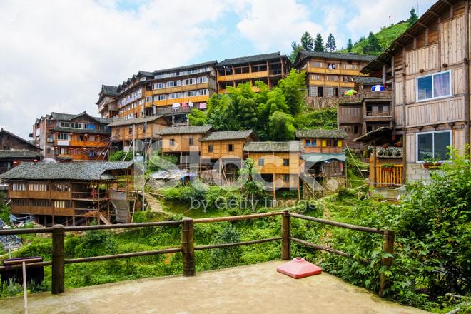 Case Tradizionali Cinesi : Case in legno del villaggio tradizionale cinese fotografie stock