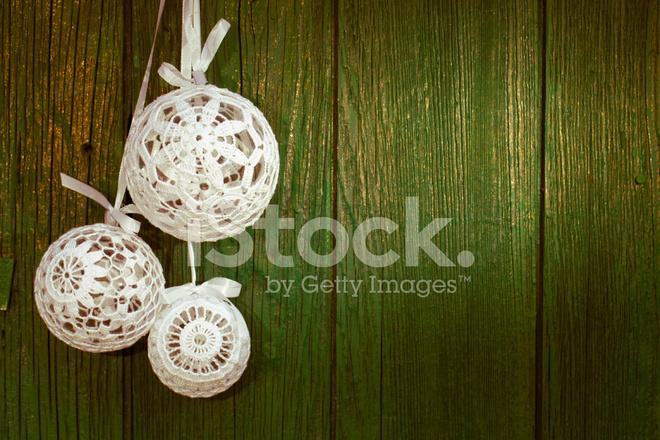 Decorazioni In Legno Per Albero Di Natale : Decorazioni per lalbero di natale davanti al vecchio legno del