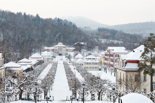 Winter Park UND Spa Badehaus Villen Schnee Wald Deutschland ...