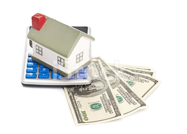 Haus Sitzend Mit Einem Taschenrechner Und Dollar