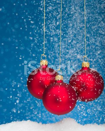 Foto Con La Neve Di Natale.Palline Rosse Di Natale Appeso Con La Neve Che Cade Fotografie Stock Freeimages Com