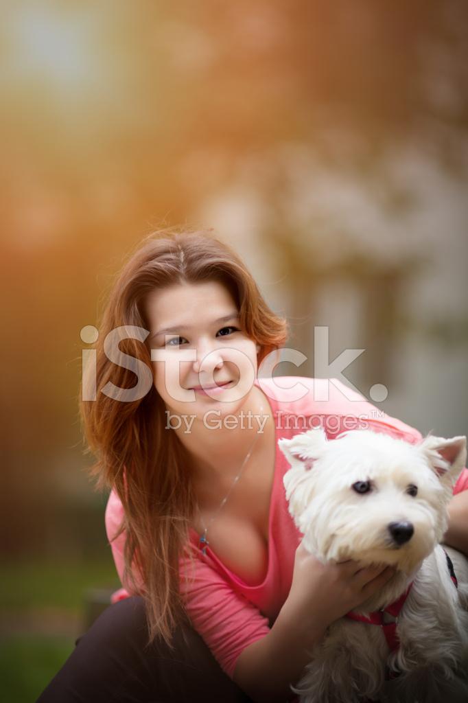 Hermosa chica adolescente con perro.