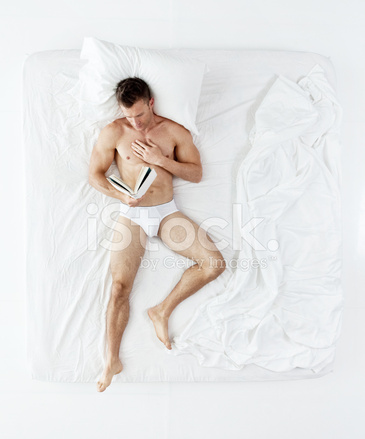 Junger Mann Tragt Nur Unterwasche Und Am Bett Liegen Stockfotos