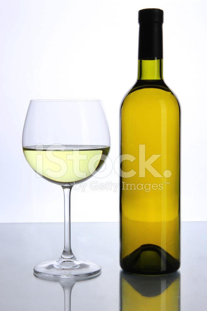 Kieliszek Do Wina I Butelka Na Białym Tle Zdjęcia Ze Zbiorów