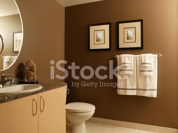 Residentiële Moderne Badkamer Met Frames En Handdoeken Stockfoto\'s ...