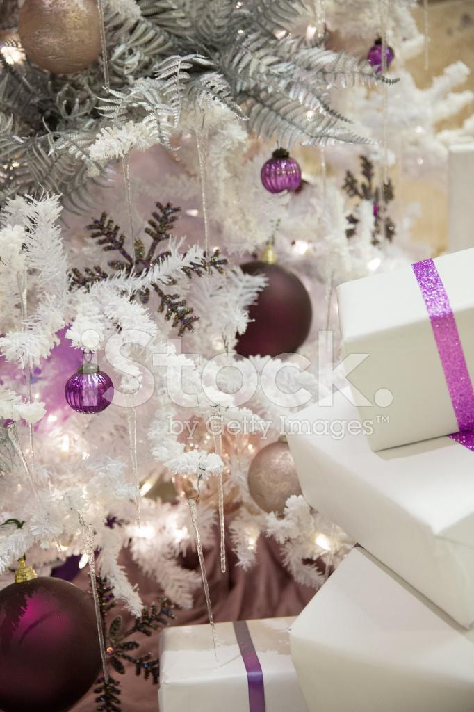 Schön Verpackt Weihnachtsgeschenke Neben Dem Baum Stockfotos ...
