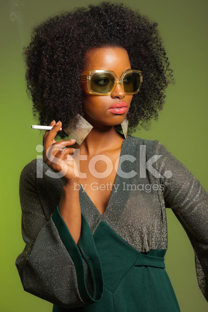 Rauchen Retro 70er Jahre Mode Afro Frau Mit Grunen Stockfotos