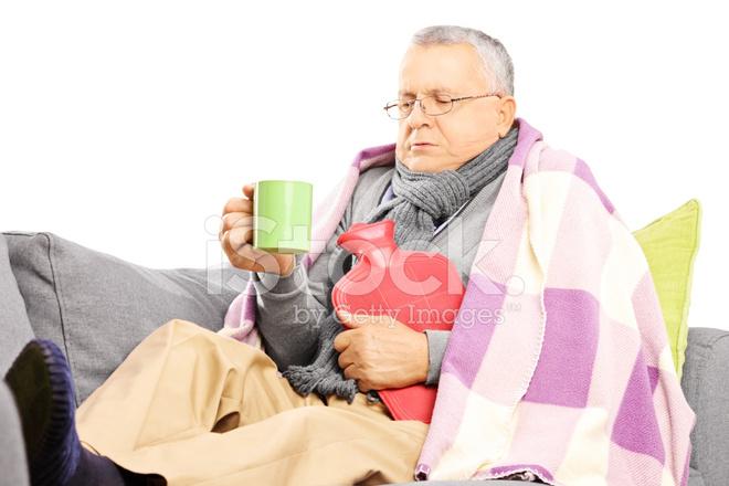 Uomo Malato Sul Divano Coperto Con Coperta Bere Tè Caldo ...