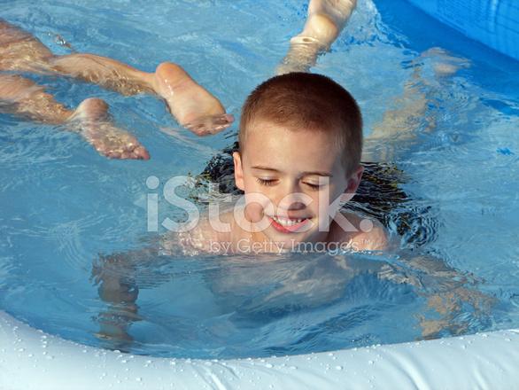 Junge Schwimmen Im Aufblasbaren Hinterhof Pool Stockfotos