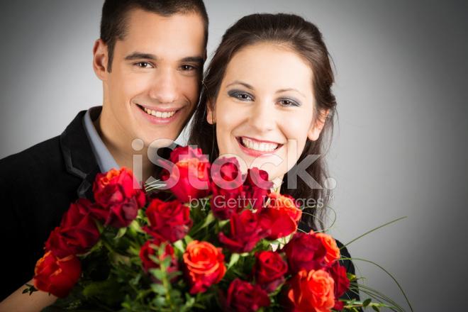 Schicke Valentinstag Paar Mit Blumenstrauss Rosen Stockfotos