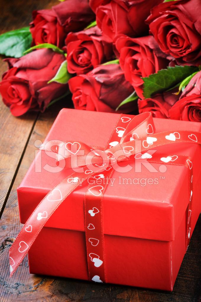 Valentinstag Geschenk Box Mit Roten Rosen Stockfotos Freeimages Com