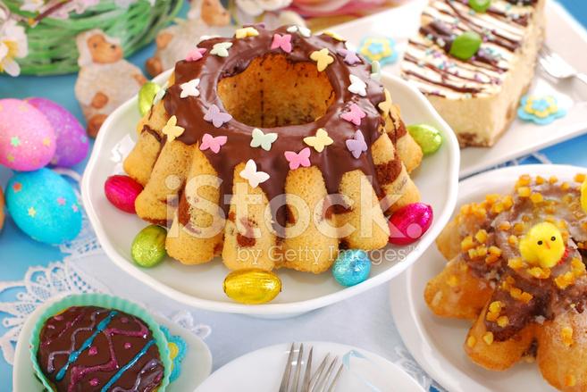 Ostern Marmor Ring Kuchen Mit Streuseln Schmetterling Stockfotos