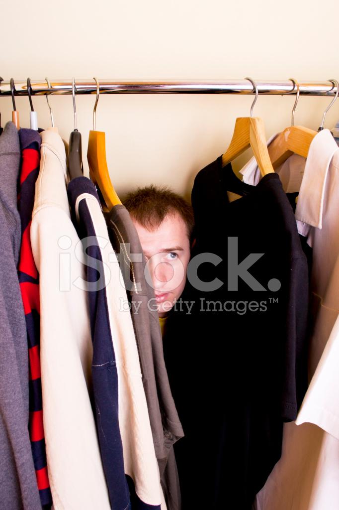 парень прятался в шкафу когда девушка с короткой стрижкой чего