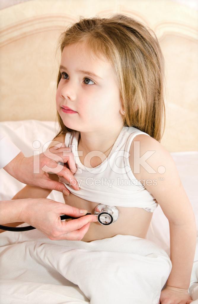 liten flicka sprutande