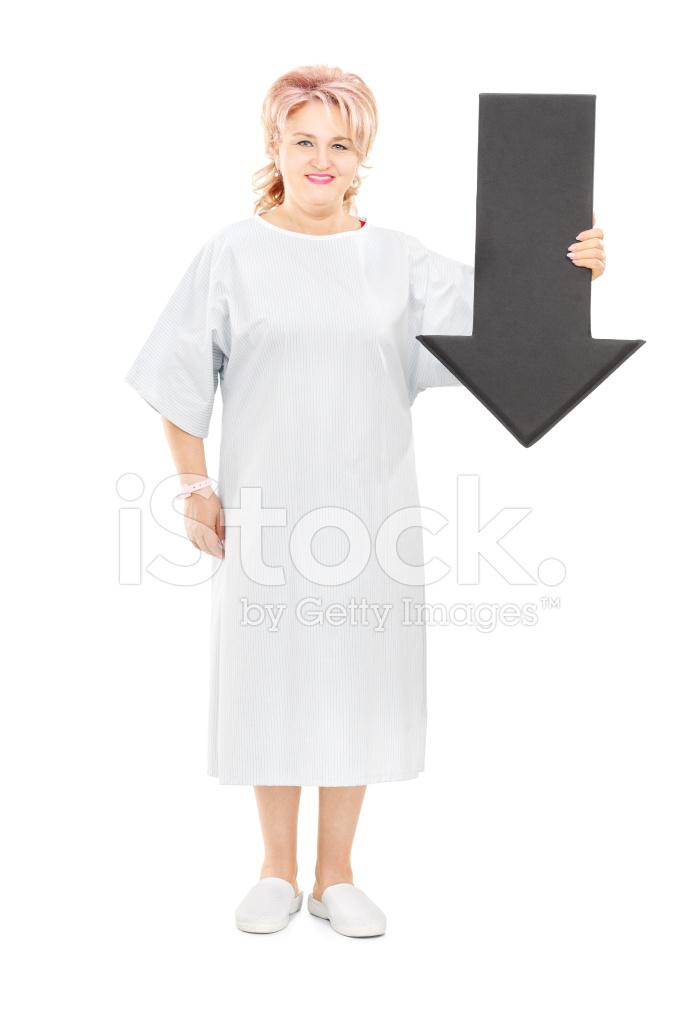 b3b1eeca6c3 Patientin Im Krankenhaus Kleid MIT Großen Schwarzen Pfeil Stockfotos ...
