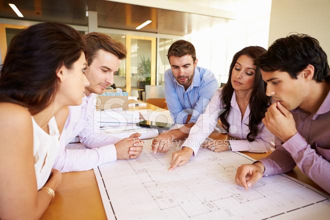 Groupe d architectes discuter des plans au bureau moderne photos