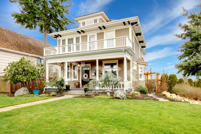 casa americana a due piani con portico colonna bianca
