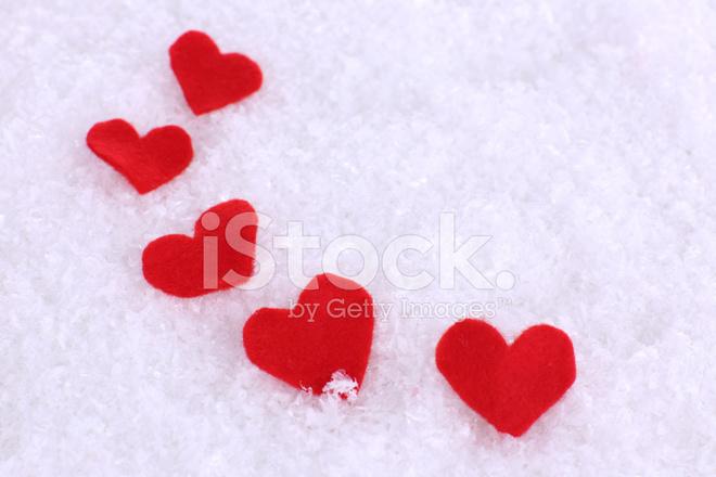 Küçük Kalpler Karlı Zemin üzerine Hissettim Stok Fotoğrafları