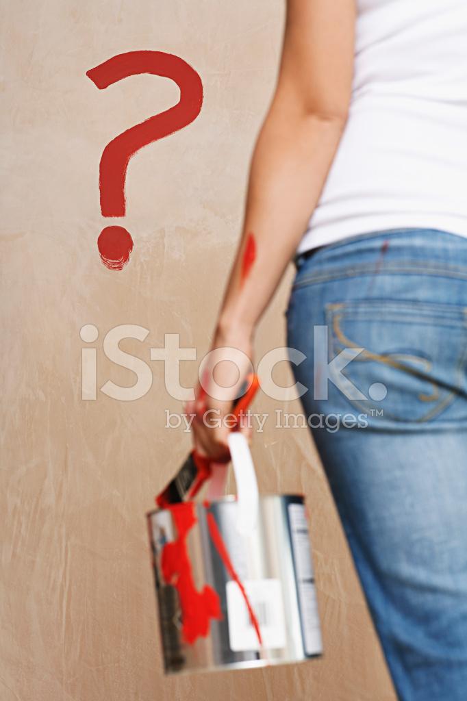 Kadın Holding Boya Duvar Boyalı Soru Işareti Ile Stok Fotoğrafları