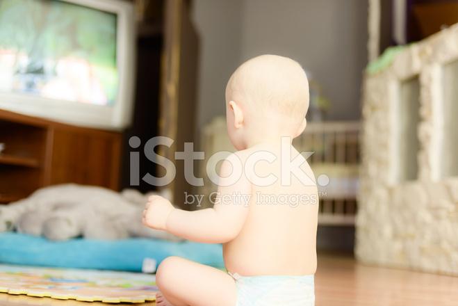 Tv In Vloer : Naakte baby kijken tv zittend op de vloer stockfotos freeimages.com