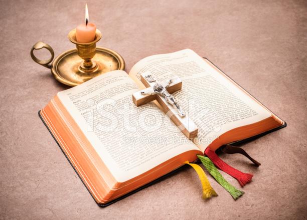 Biblia Abierta Sobre Una Mesa Fotografias De Stock Freeimages Com