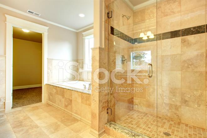 Een Gezellige Badkamer : Gezellige badkamer met bad en glazen deur douche stockfoto s
